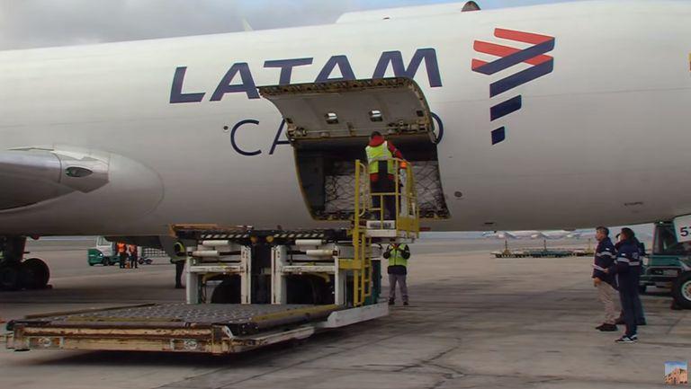 Las dosis llegaron en un vuelo de Latam, cerca de las 10
