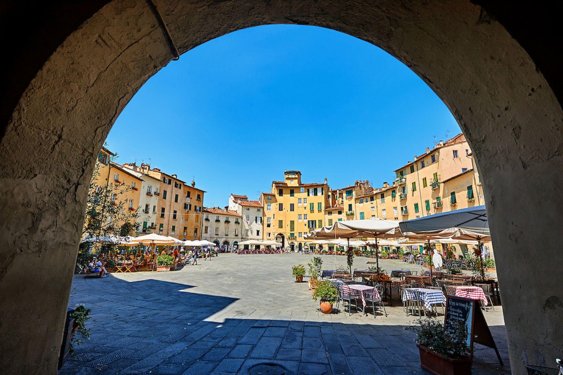 Entrada a la piazza dell´ anfiteatro de Lucca. Situada junto al río Serchio, es una de las ciudades más desconocidas pero más bellas de la Toscana.