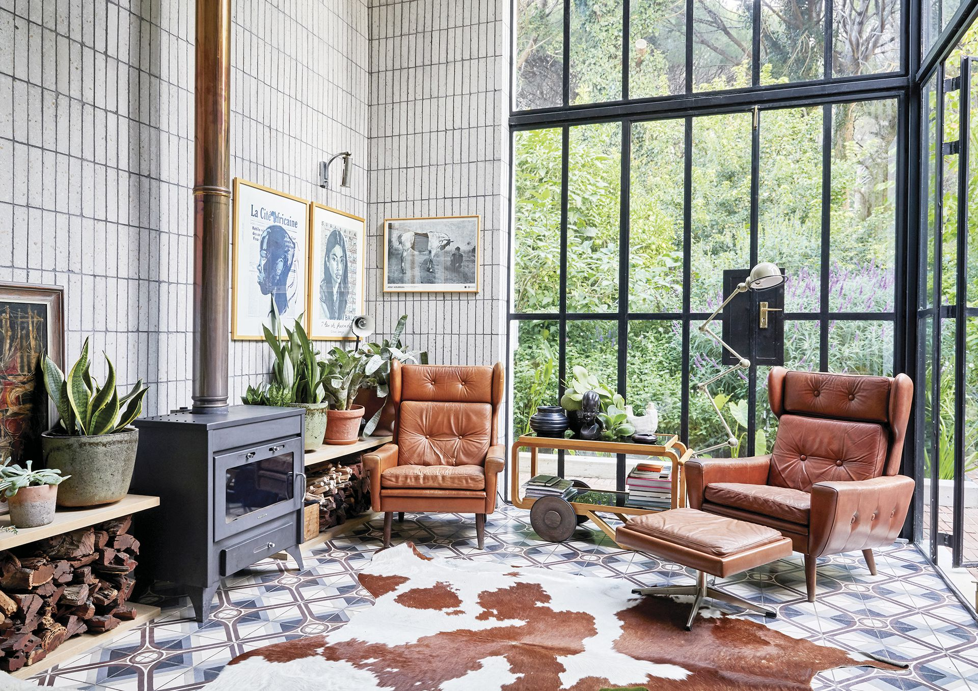 Con el mismo piso, este living íntimo está alineado con la cocina y el comedor diario.