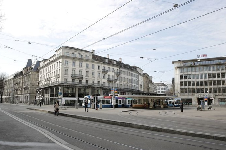 Las calles de Zurich, la ciudad más grande de Suiza, vacías luego del cierre de tiendas, restaurantes y otros establecimientos como medidas de contención ante el avance del coronavirus
