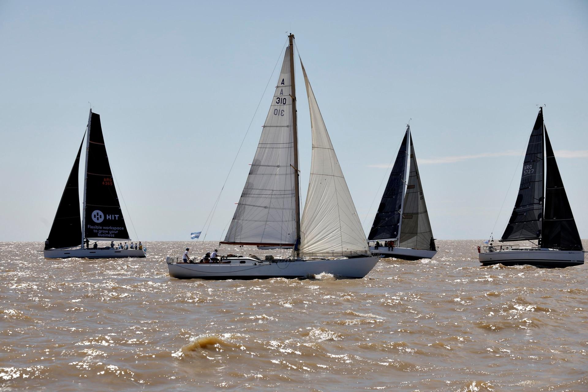 La largada de la regata, sobre el Río de la Plata