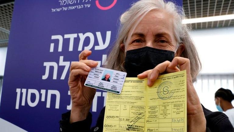 """Tras la dos dosis de la vacuna, los ciudadanos podrán recibir un """"pasaporte sanitario"""""""