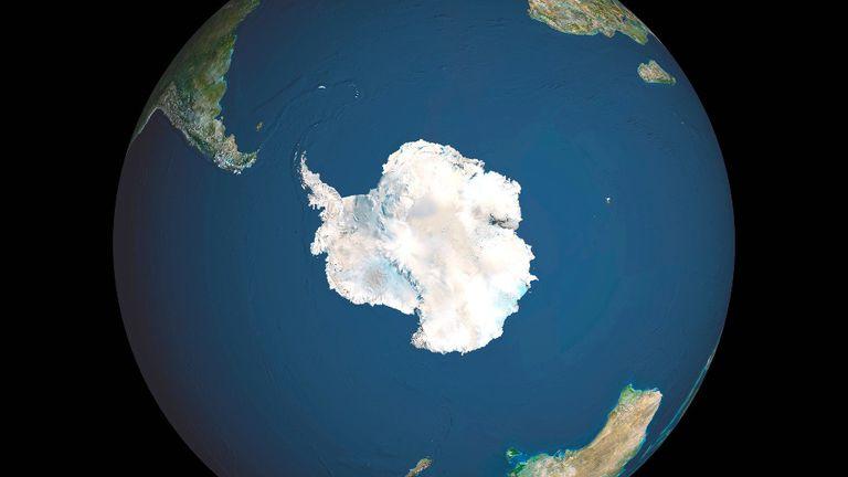 Si AMOC transporta menos calor hacia el norte y deja más calor en el Océano Austral, puede amenazar a las plataformas de hielo en la Antártida