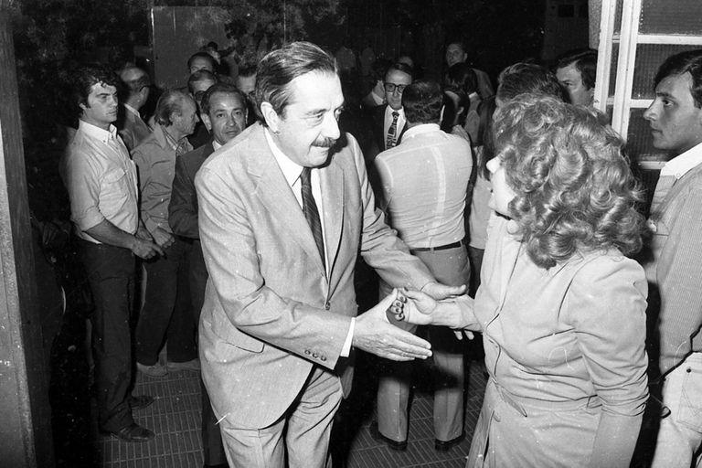 El candidato a presidente por la UCR en 1983, Raúl Alfonsín, entra al club Los Indios y saluda a la militante Gladys Hilgert. Atrás, Julio Ginzo, exdiputado nacional (Circa 1982)