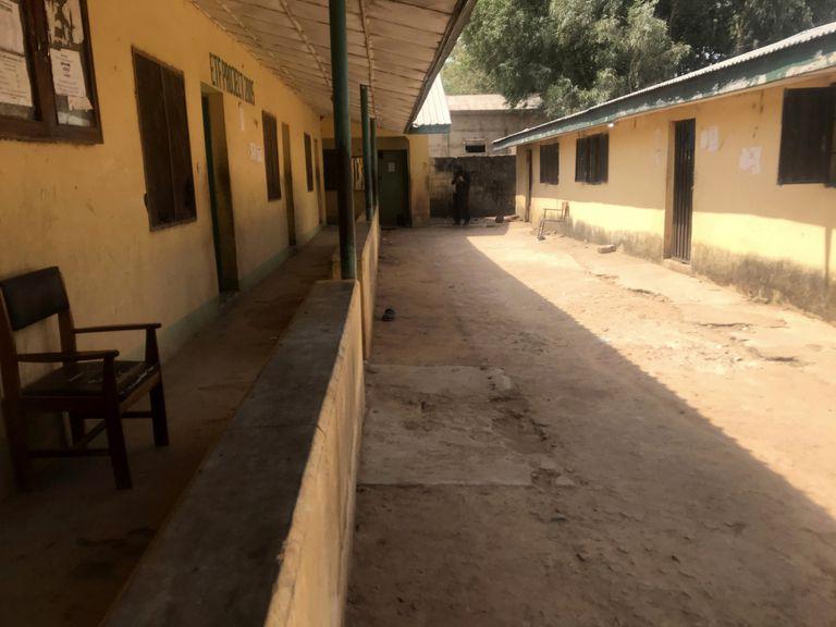En esta imagen del viernes 12 de marzo de 2021, se ve la escuela federal de mecanización forestal completamente vacía tras el secuestro de estudiantes por parte de hombres armados en Afaka, en la provincia de Kaduna, Nigeria. (AP Foto, Archivo)