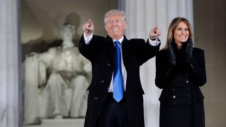 Trump y su mujer, Melania, en el concierto de bienvenida a Washington, ayer, sobre las escalinatas del Lincoln Memorial
