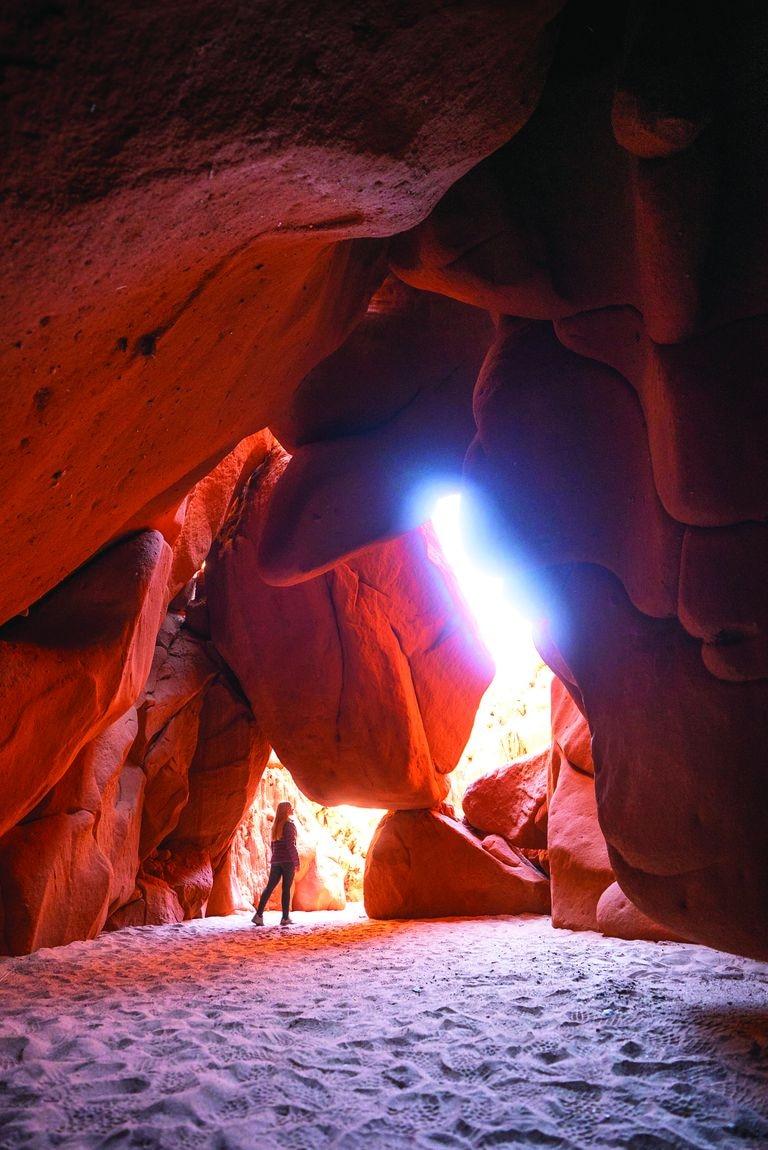 """Cuevas de Acsibi. En cacán –idioma de la etnia diaguita–, significa """"lugar de fuego"""", por el rojo intenso que predomina ahí."""