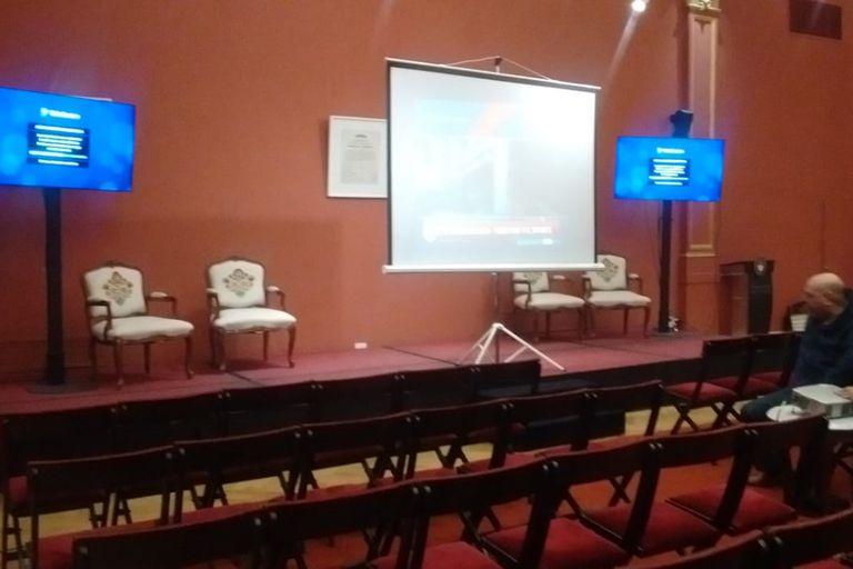 Instalaron una pantalla grande en el salón de los Pueblos Originarios