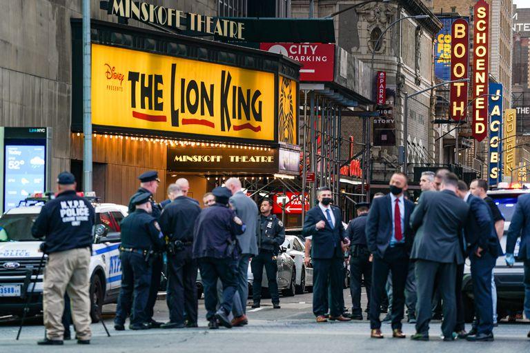 NUEVA YORK, NY - 08 de mayo: Policía en Times Square el 8 de mayo de 2021 en la ciudad de Nueva York. Según los informes, tres personas, incluido un niño pequeño, resultaron heridas en un tiroteo cerca de West 44th St. y 7th Ave. (Foto de David Dee Delgado / Getty Images)