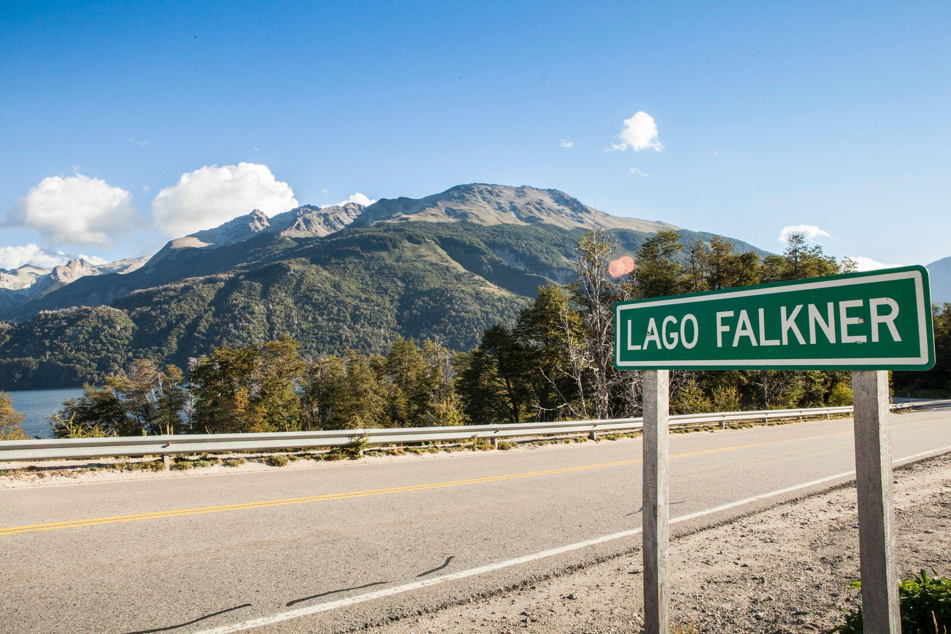 El lago Falkner es uno de los hitos en el camino de los Siete Lagos.