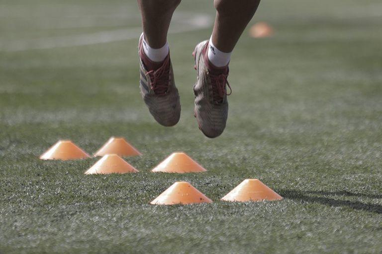 Cuando regresen a entrenarse, los futbolistas deberán seguir estrictos protocolos de higiene y seguridad