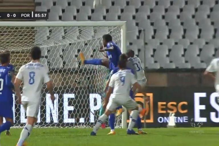 Nanu, defensor de Porto chocó de frente contra el ruso Kritsyuk, arquero de Belenenses, y debió ser retirado en camilla del estadio