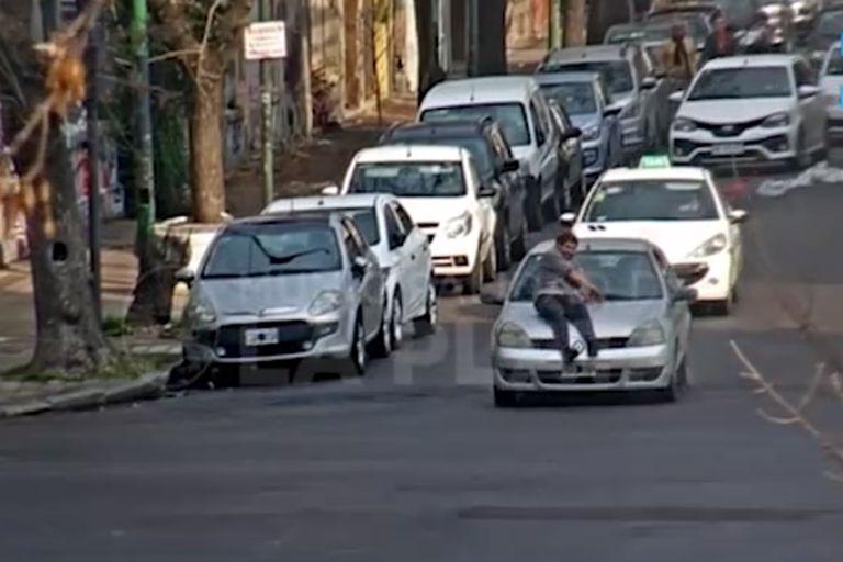 Por una discusión un hombre viajó dos cuadras en el capot de un auto en La Plata