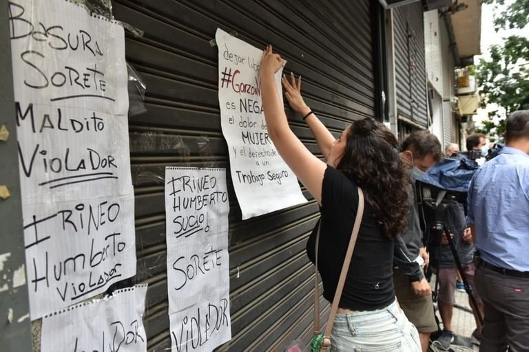 """Hubo globos blanco, fotos del agresor y carteles que decían: """"Ni una más"""";""""Garzón si te metes con una te metes con todas"""""""