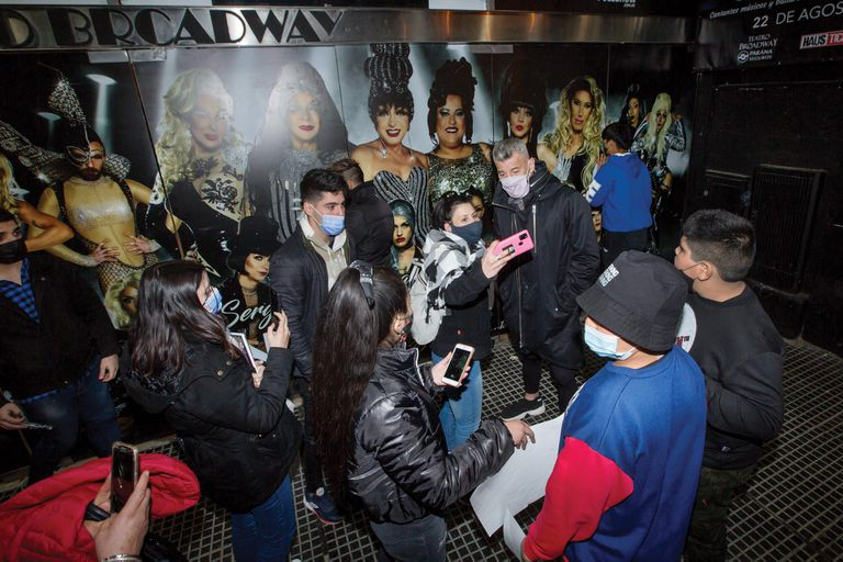 El ex arquero posa con los fans que lo esperan a la salida.