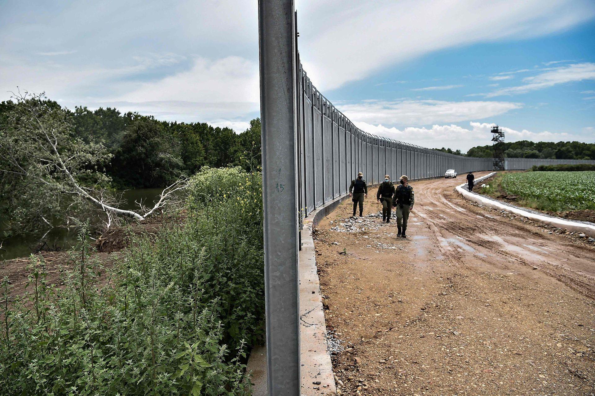 """La mayoría de los habitantes de la región aplaude la construcción del nuevo muro, pero lo considera insuficiente. """"La valla solo cubre una pequeña parte de la frontera"""", lamenta Panagiotis Ageladarakis, presidente del pueblo de Amorio, cerca del río."""