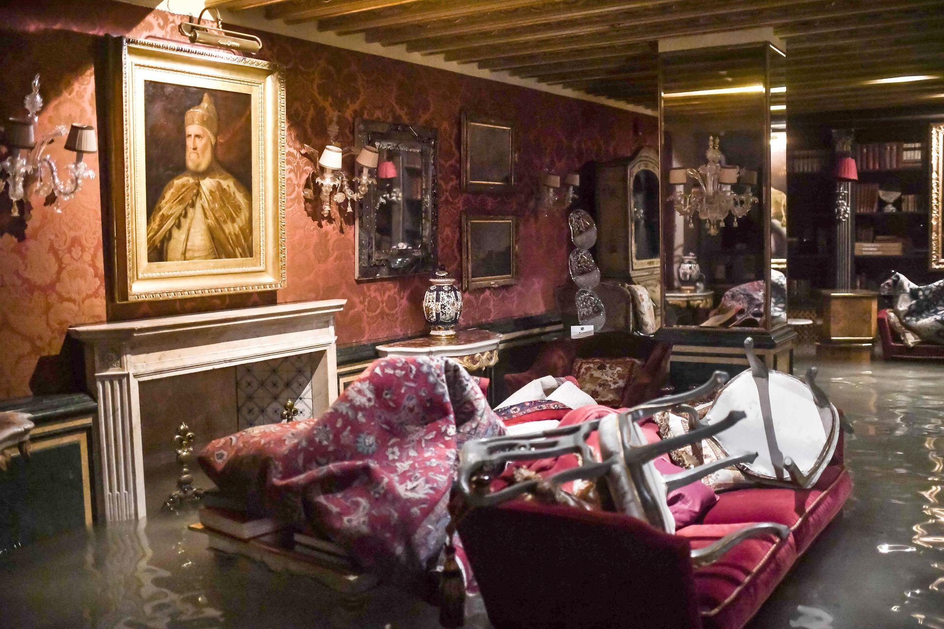 Muebles, alfombras y objetos de valor amontonados sobre un sillón en el Palacio Gritti