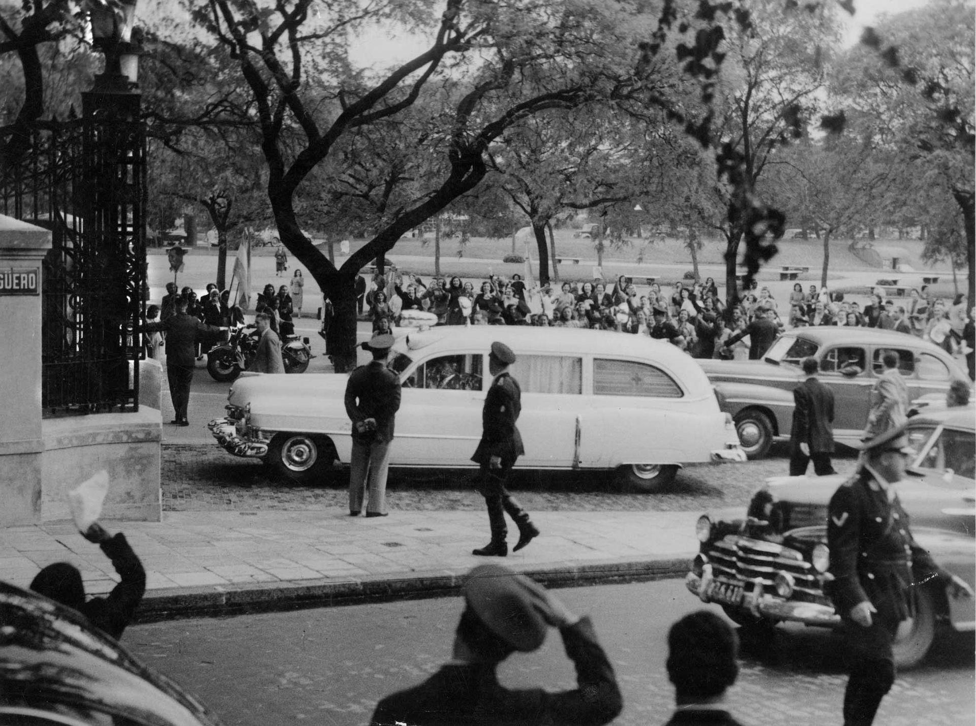 Momento en que la ambulancia de la fundación Eva Perón traslada a Evita para seguir con la asistencia de su proceso posoperatorio. Noviembre de 1951.