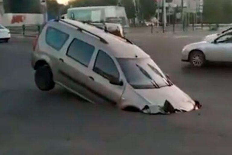 """Un error en la construcción de la calle provocó un hueco en el que cayó un auto y pareció que """"se lo tragó la tierra"""""""