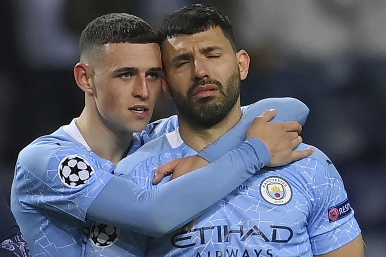 Phil Foden consuela a Sergio Aguero, después de la final de la Champions League que Chelsea le ganó a Manchester City en Porto, Portugal.