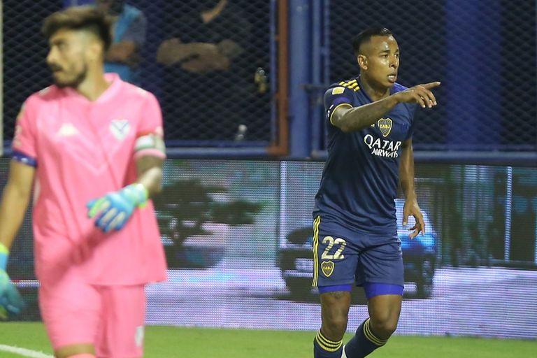 Sebastián Villa festeja uno de sus goles; el colombiano desequilibró con su velocidad