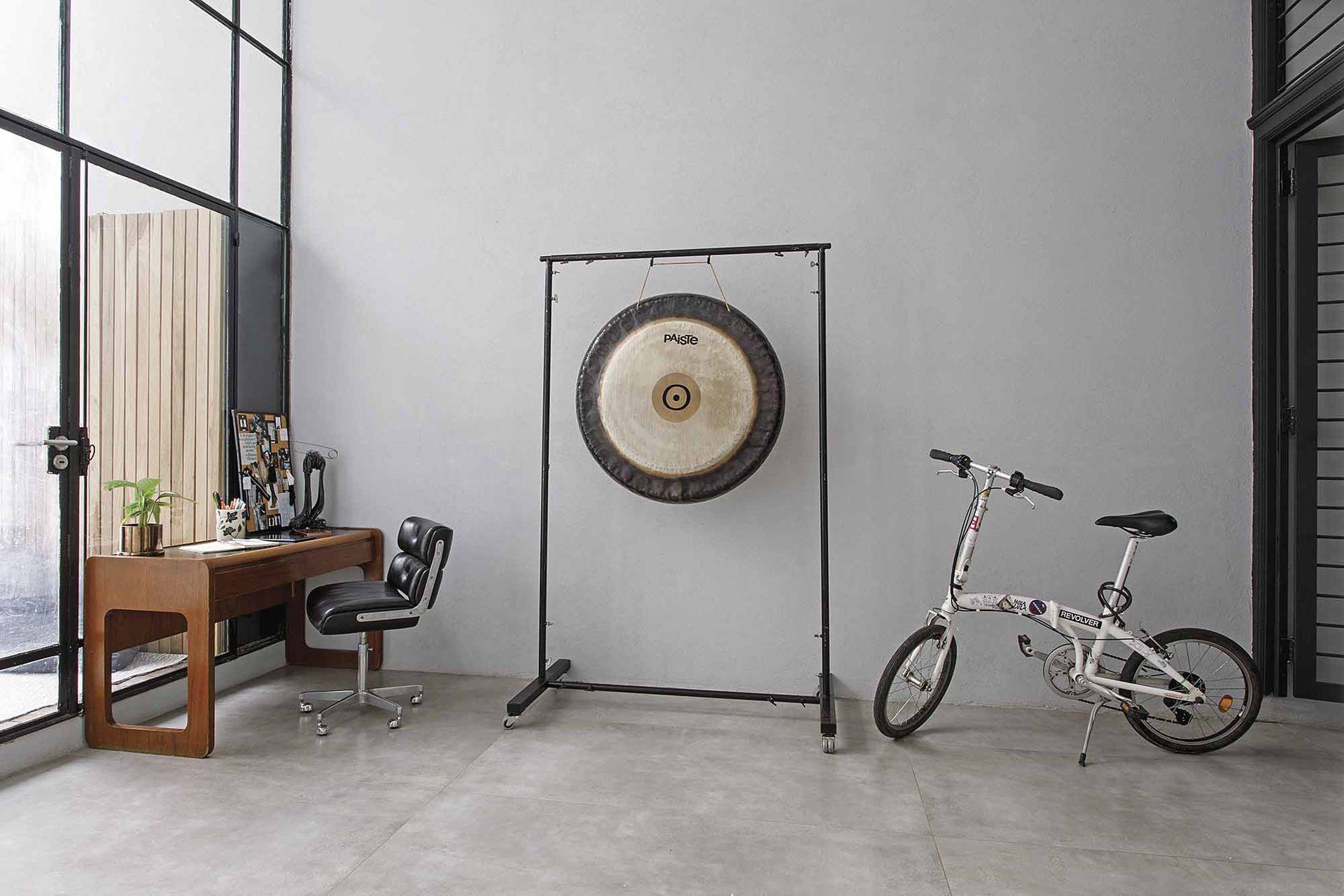 Para su rincón de trabajo, Lula eligió este escritorio y silla usados (Un Lugar Así), que contribuyen a morigerar lo moderno. Bicicleta (Renault).