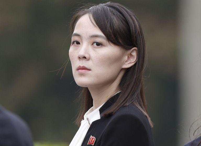 En esta imagen de archivo, tomada el 2 de marzo de 2019, Kim Yo Jong, hermana del líder de Corea del Norte, Kim Jong Un, durante una ceremonia en el mausoleo Ho Chi Minh en Hanói, Vietnam. (Jorge Silva/Pool Foto vía AP, archivo)