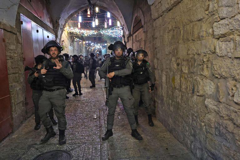 Las fuerzas de seguridad israelíes patrullan la ciudad vieja de Jerusalén, tras los choques con palestinos