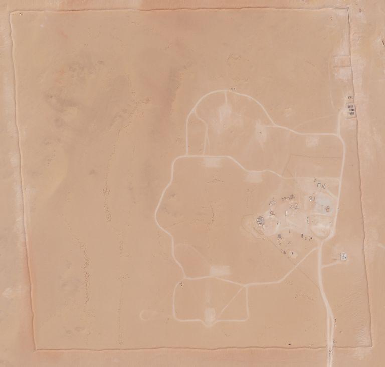 En esta foto de satélite proveída por Planet Labs Inc., aun área de la Base Aérea Príncipe Sultan en Arabia Saudí en la que había desplegadas baterías de cohetes Patriot y una unidad antimisiles avanzada se ve vacía ahora el 10 de septiembre del 2021. Estados Unidos retiró de Arabia Saudí en semanas recientes su sistema más avanzado de defensa antimisiles y baterías de Patriot, en momentos en que el reino enfrenta ataques aéreos de los rebeldes chiíes en Yemen, muestran fotos de satélite analizadas por la Associated Press. (Planet Labs Inc. via AP)