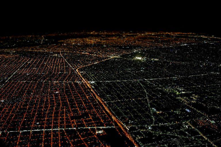 La diferencia de colores de las luminarias demarca el límite entre la ciudad de Buenos Aires y la provincia