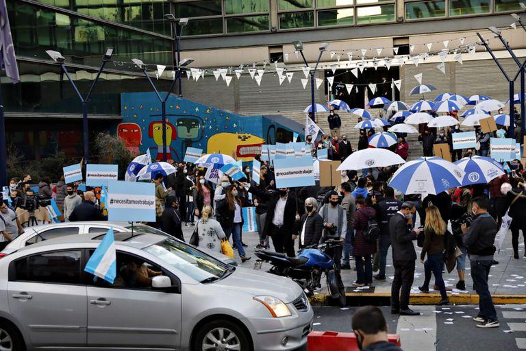 Trabajadores de shoppings protestaron en el barrio porteño de Abasto y exigieron la reapertura de los centros comerciales
