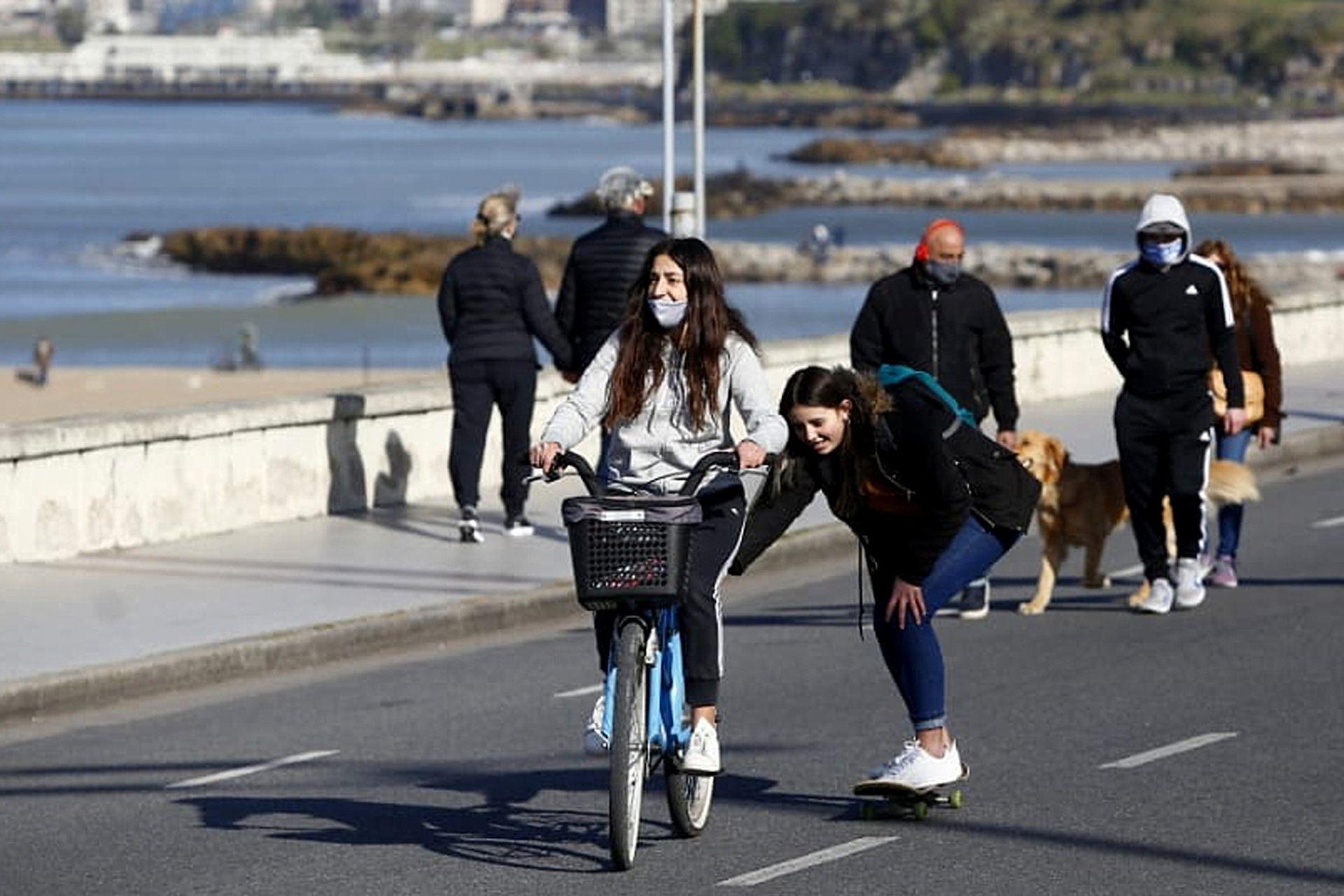 Con bicicletas o caminando los vecinos de Mar del Plata disfrutaron la tarde soleada de sábado