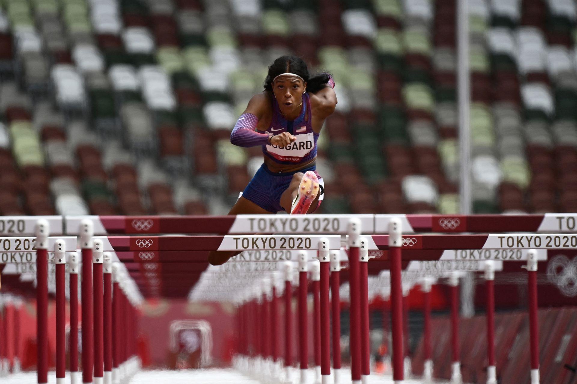 La estadounidense Erica Bougard compite en los 100 metros con vallas en el Estadio Olímpico de Tokio el 4 de agosto de 2021.