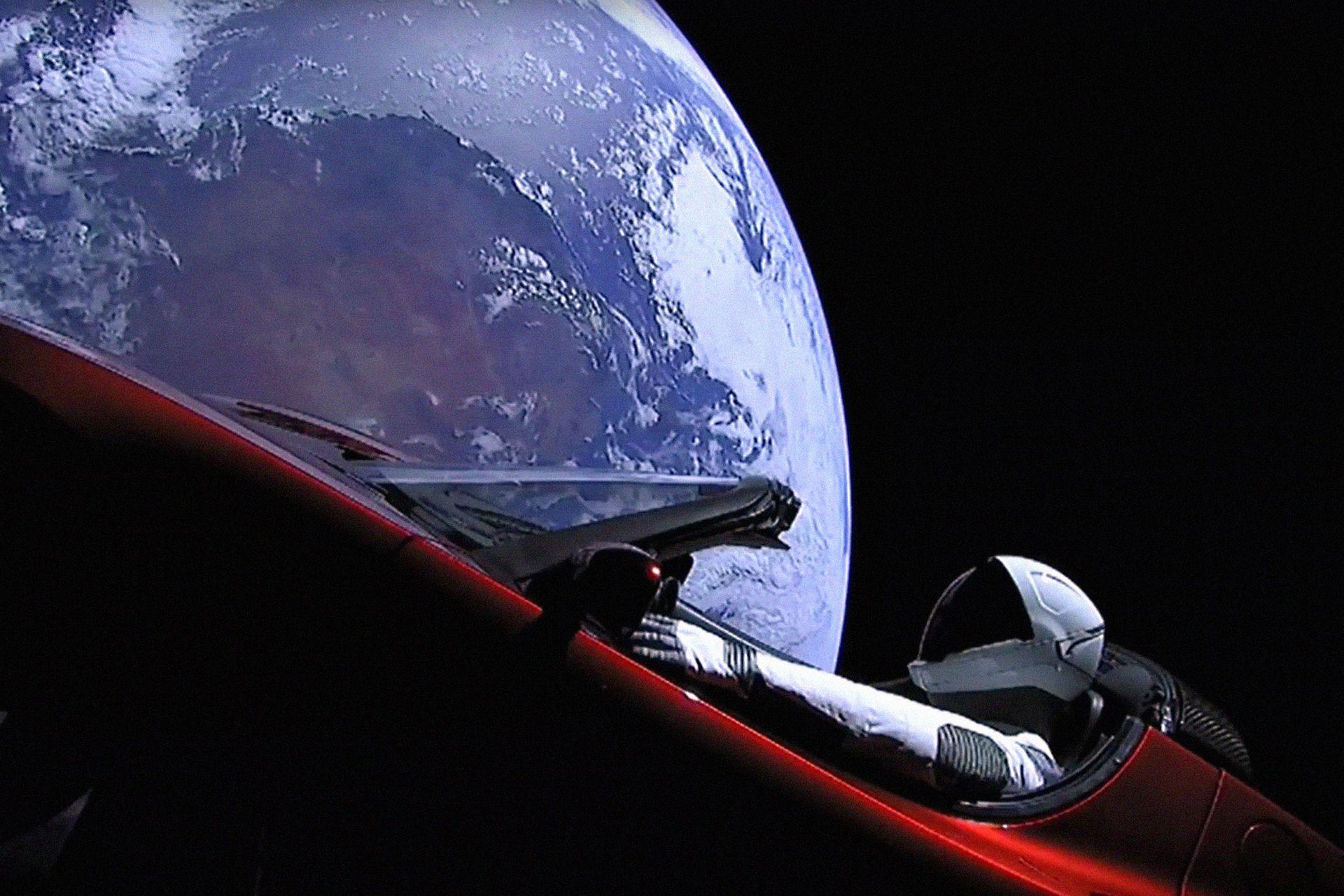 """Imagen tomada del livestream de SpaceX en el que se ve a """"Starman"""" sentado en el """"cherry red Tesla roasdter"""" ya en órbita"""