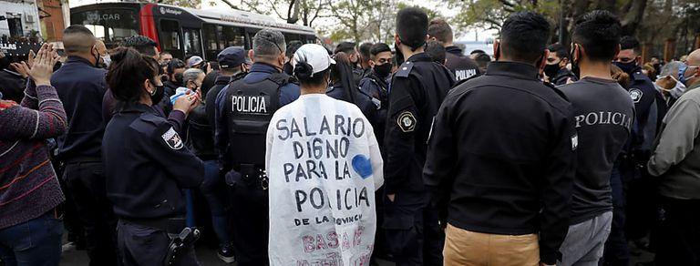 Policías se manifestaron en varios distritos del conurbano