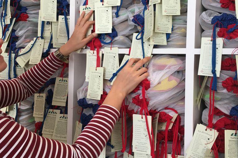 Goldstein tuvo que repensar en su propia marca de juguetes, Ponchi Pochi Comiditas, la bolsa de red en la que entregaba los productos comprados online y proponer un packaging más atractivo para la exposición en comercios