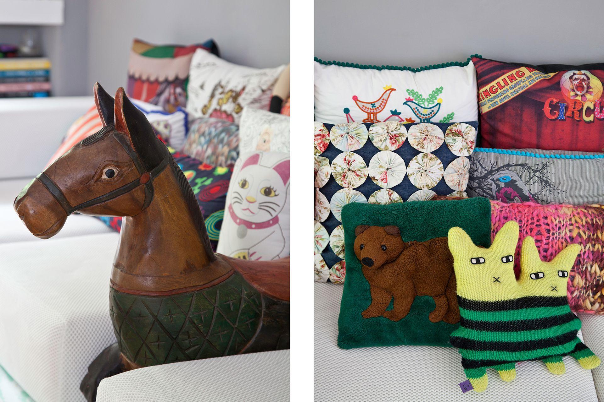 Una alegre explosión de almohadones coloridos: algunos existentes, otros regalados, muy pocos comprados.