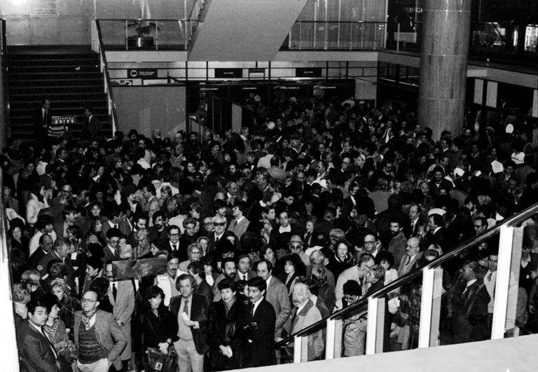 Del 8 al 13 de Mayo de 1984, los espectadores llenaron la sala Martín Coronado y Casacuberta para ver, respectivamente, Misterio buffo y Tutta casa, letto e chiesa. La mayoría de las funciones convivieron con manifestaciones de protesta e incidentes adentro de la sala