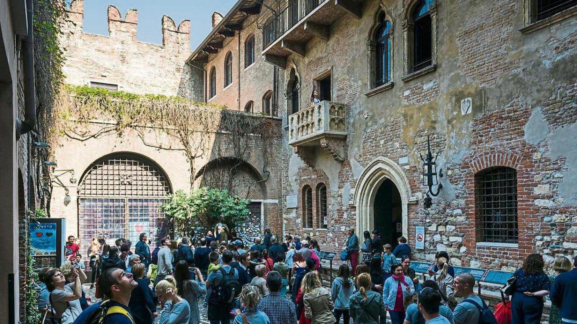 Un día en la casa de Julieta, los turistas esperan su turno para entrar.