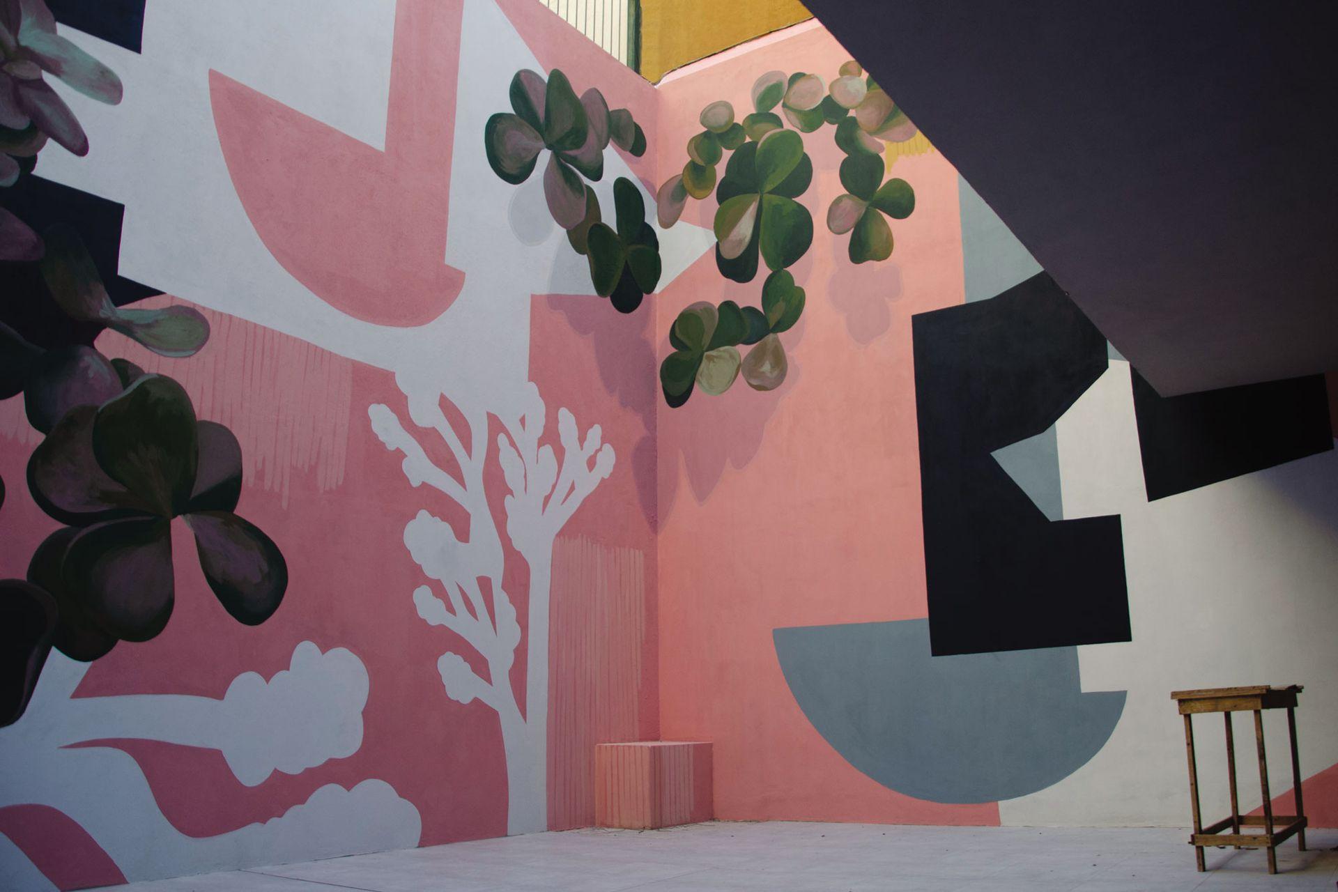 Siluetas abstractas y motivos botánicos figurativos se combinan en esta obra que realizó la artista Sofía Mele, en colaboración con Hernán Wave y Sisa Soldati. Los tonos pasteles con algo de presencia de negro dan sensación de mayor amplitud.