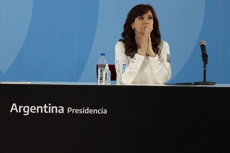 La vicepresidenta de Argentina, Cristina Fernández, asiste a una ceremonia para anunciar nuevas medidas agroeconómicas, en la casa de gobierno en Buenos Aires, Argentina, el jueves 30 de septiembre de 2021. (AP Foto/Natacha Pisarenko)