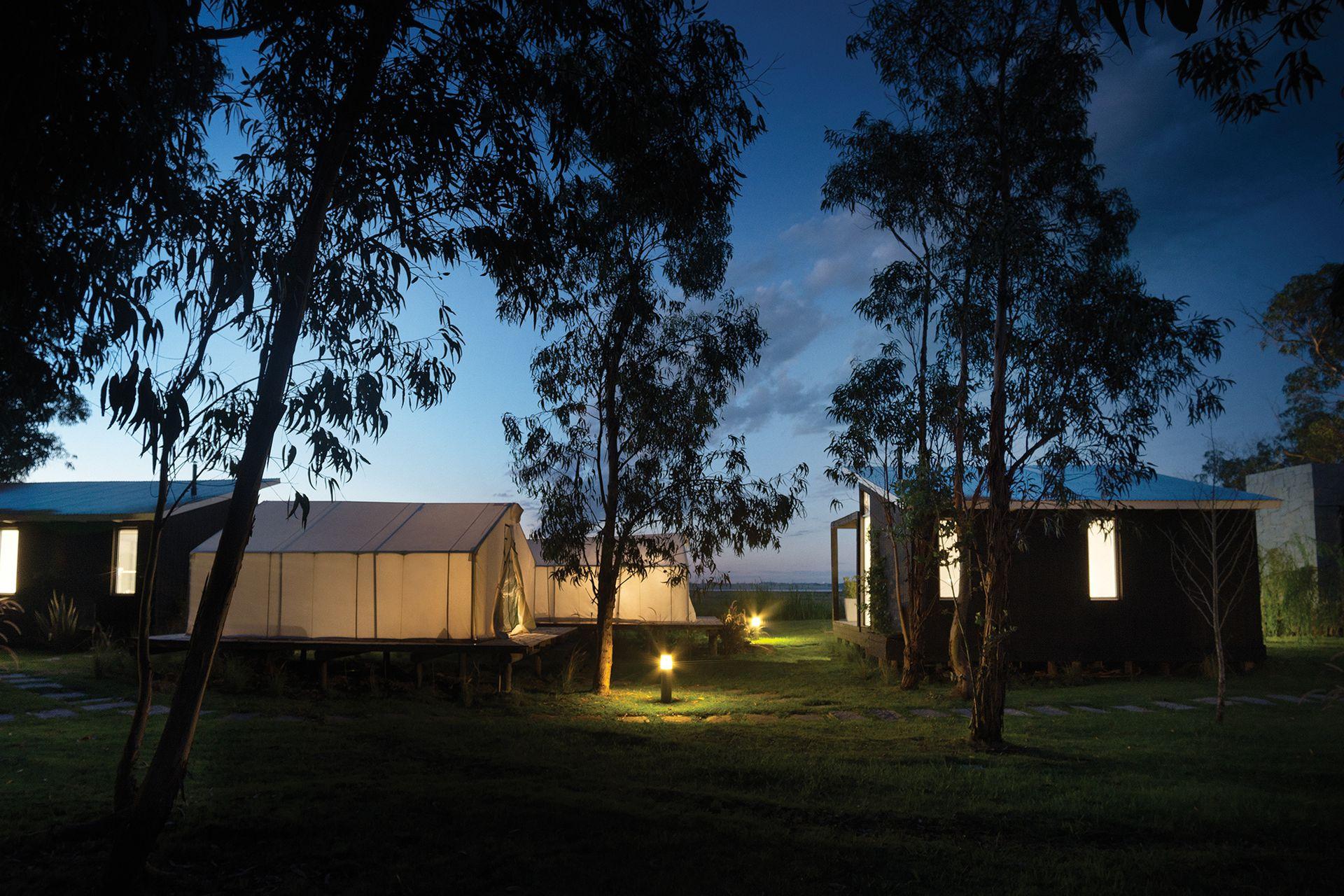 Apenas visible entre la sombra de los eucaliptos, la pequeña aldea duerme para ceder el anochecer al croar de las ranas.