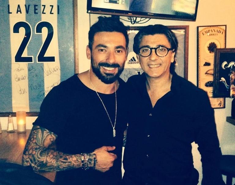 Carlos Muguruza con Pocho Lavezzi en su restaurante Volver, en París