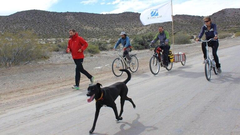 En Mendoza, cerca de La Pasarela, junto a Julia, Ale Palma, Juan Cruz y el perro Turky, todos parte de su equipo de apoyo