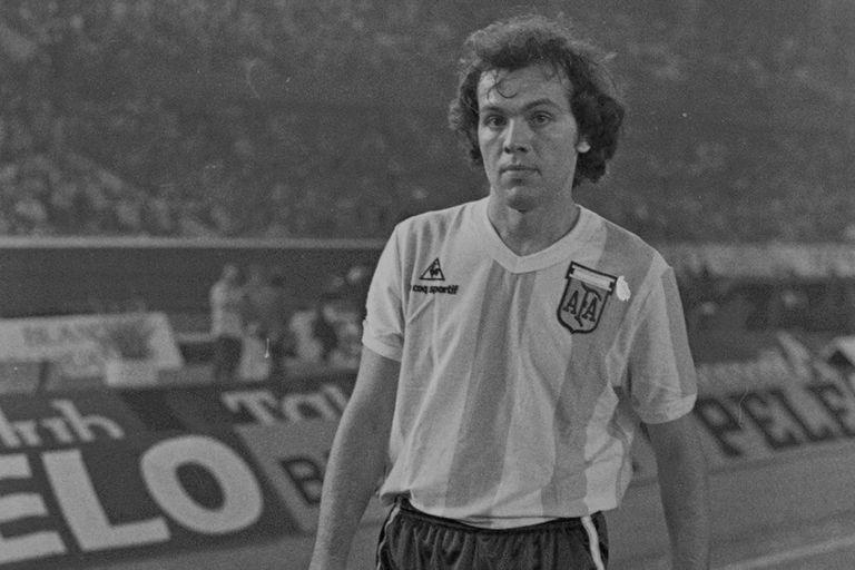 Alejandro Sabella, jugador de selección: con Bilardo, entre 1983 y 1984, disputó 8 partidos; entre 1994 y 1998 fue ayudante de campo de Passarella, y de 2011 a 2014 condujo al equipo albiceleste