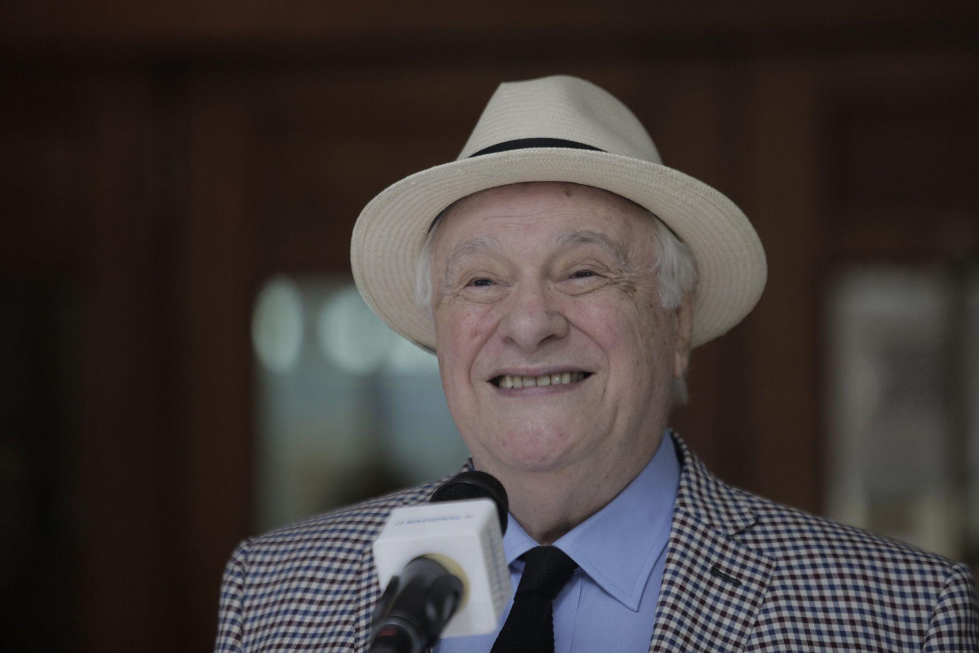 Héctor Larrea, prócer de la radio, celebró los 100 años del medio y anunció su retiro