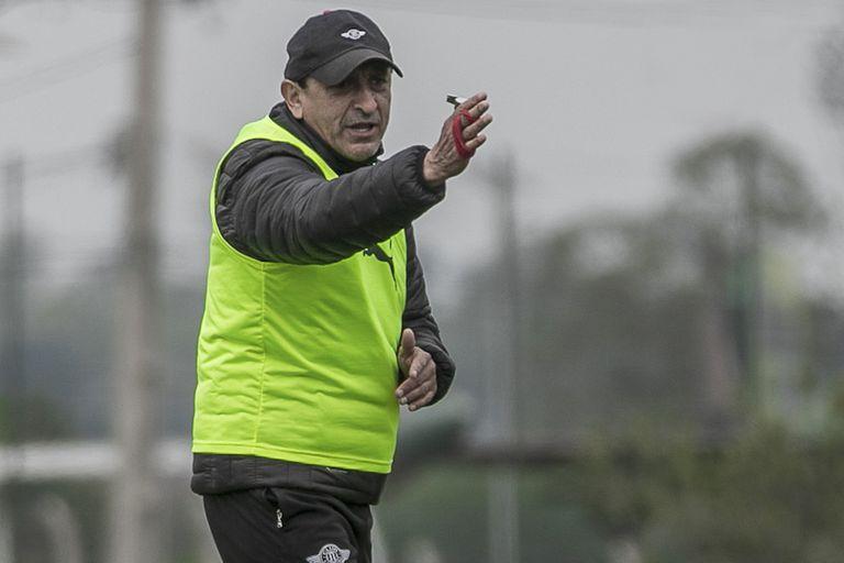 Ramón Diaz dirigiendo un entrenamiento de Libertad de Paraguay