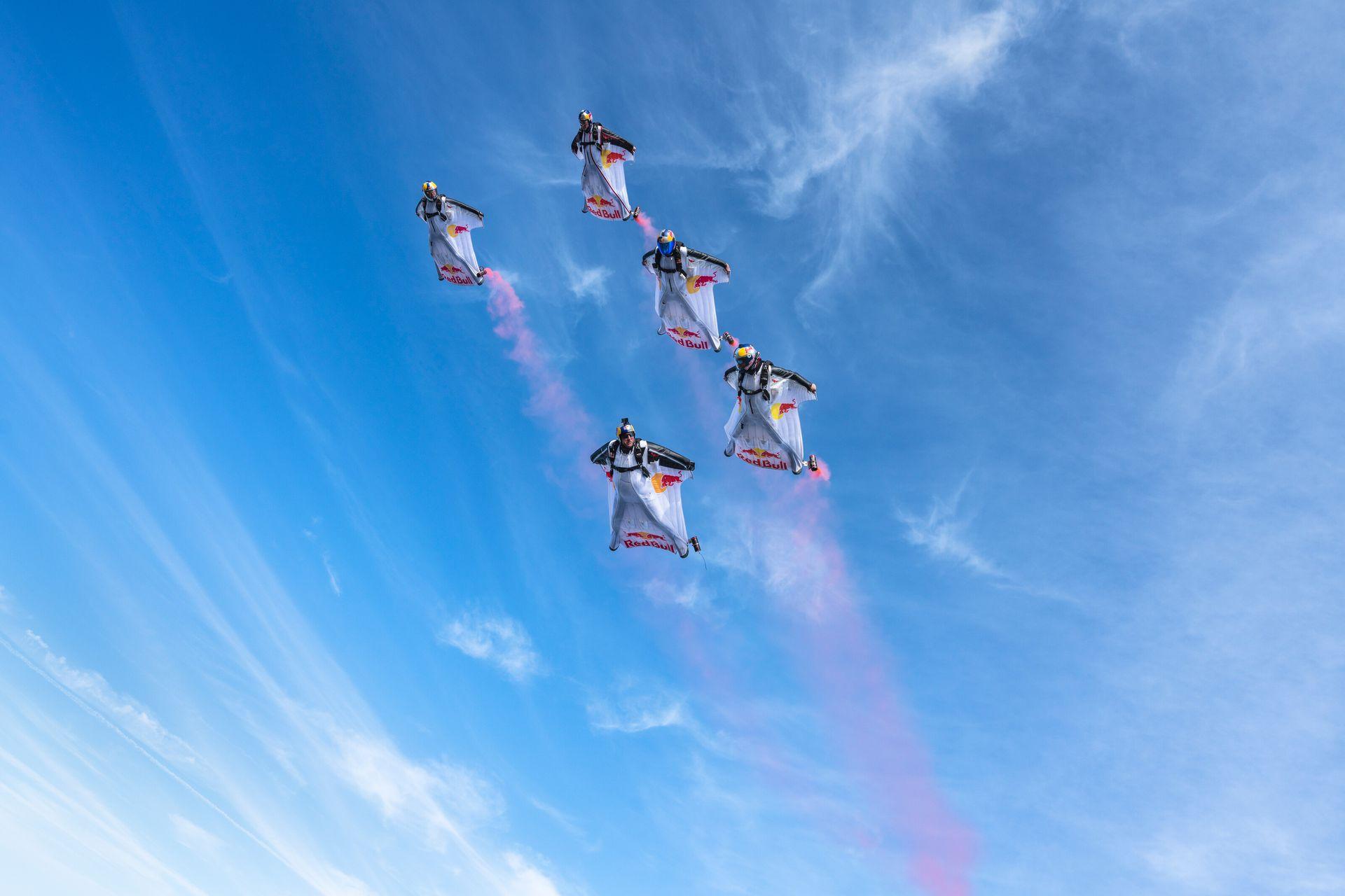 """En plena caída los miembros del equipo de paracaidistas despliegan sus """"wingsuits"""", los trajes aéreos con alas incluídas"""