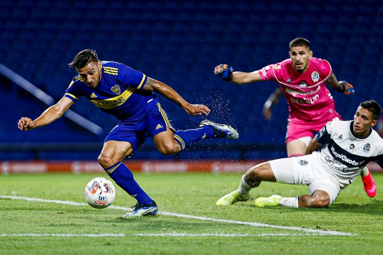 Eduardo Salvio ante Gimnasia, en uno de sus últimos partidos con Boca en el actual torneo de la Liga Profesional 2021
