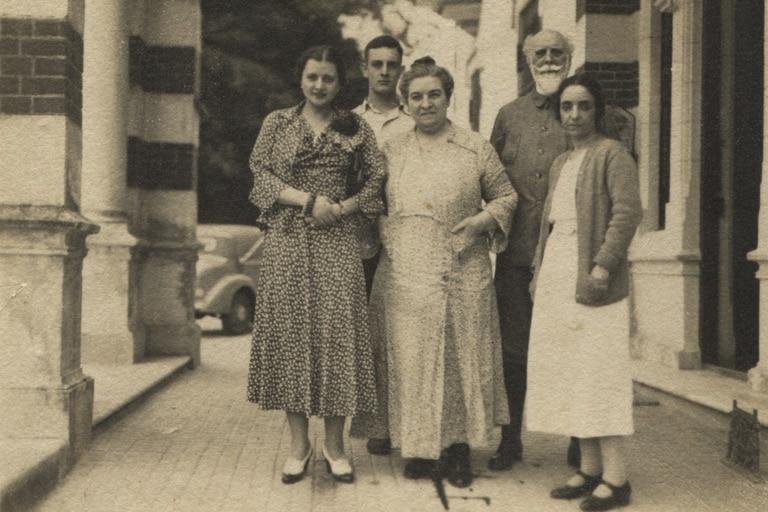 La familia Ayerza, junto al nieto César Bustillo, en Las hormigas